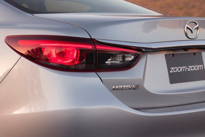 Đánh giá xe Mazda 6 2016 có đèn hậu LED với bọc đèn màu khói bí ẩn.