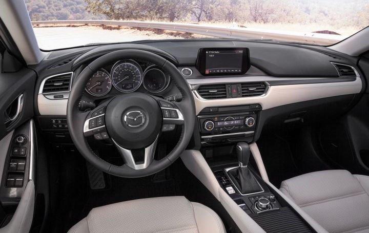 Đánh giá xe Mazda 6 2016 có nội thất rộng rãi, sang trọng.
