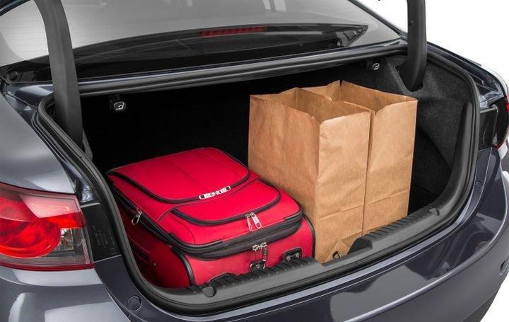 Đánh giá xe Mazda 6 2016 có cốp sau rộng rãi thoải mái đựng đồ.