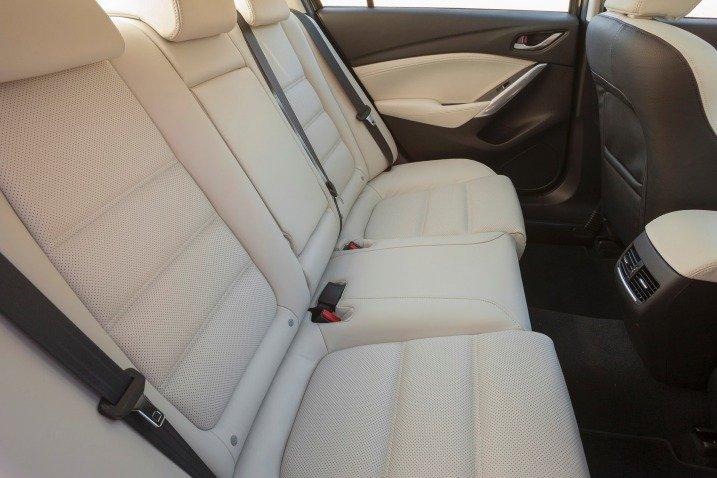 Đánh giá xe Mazda 6 2016 có hàng ghế sau rộng rãi với 3 tựa đầu tiện nghi.