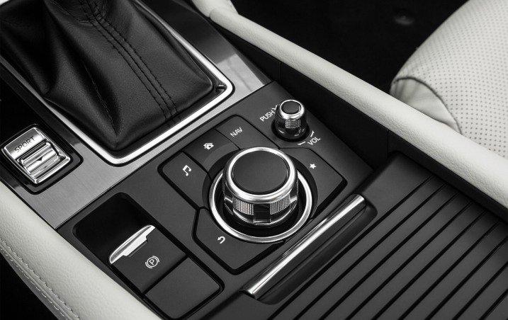 Đánh giá xe Mazda 6 2016 có núm xoay điều khiển màn hình tiện nghi.