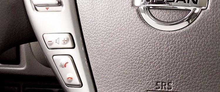 Đánh giá xe Nissan Sunny 2016 có một số phím bấm tiện ích tích hợp trên vô lăng.