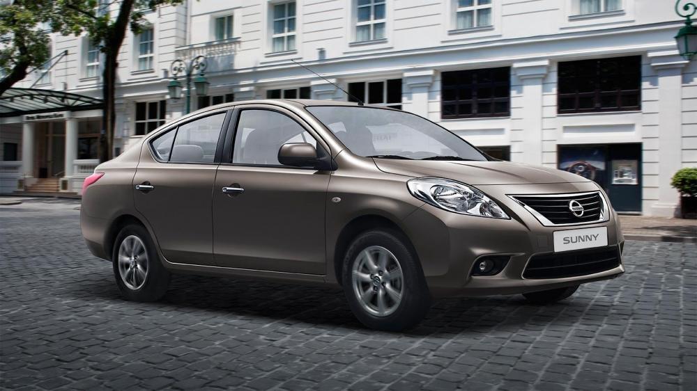 Đánh giá xe Nissan Sunny 2016 có tay nắm cửa mạ crom.
