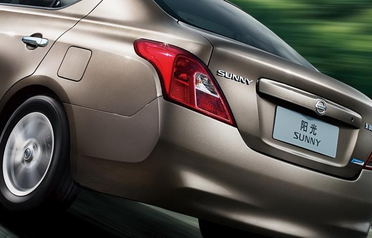 Đánh giá xe Nissan Sunny 2016 có đèn hậu hình khối vuốt nhẹ sang bên hông.