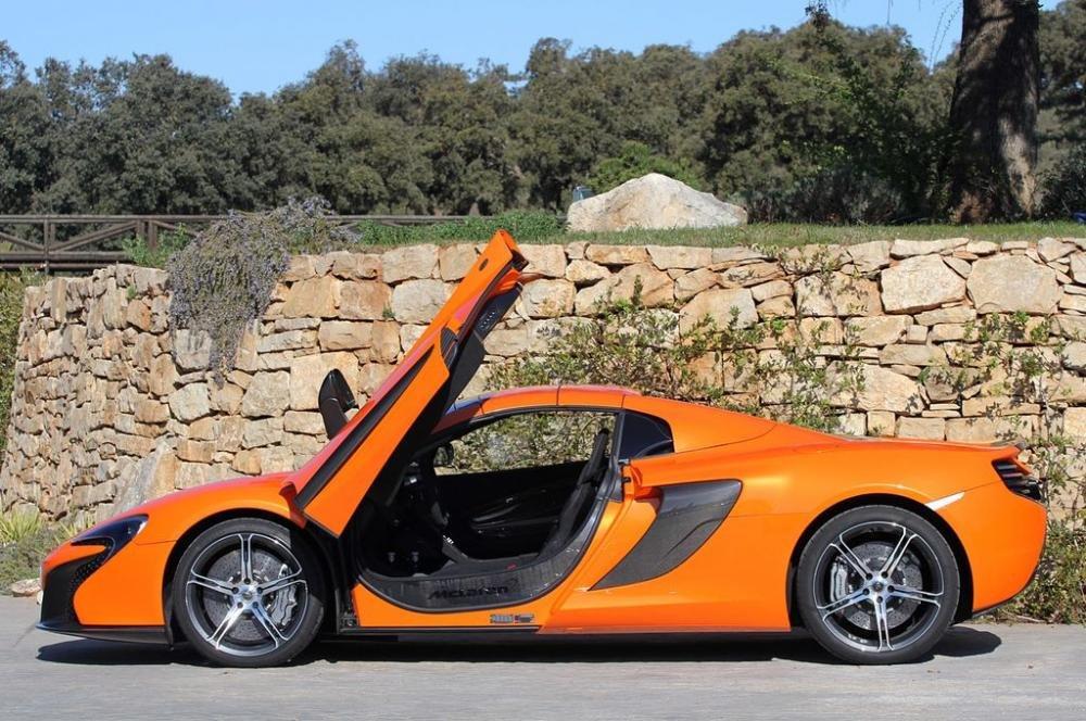 Đánh giá xe McLaren 650S Spider có thân xe thấp và bo lại rất thể thao và cứng cáp.