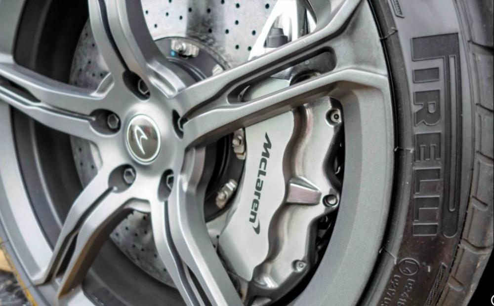 Đánh giá xe McLaren 650S Spider có la zăng 5 chấu kép 19 inch phía trước và 20 inch phía sau.
