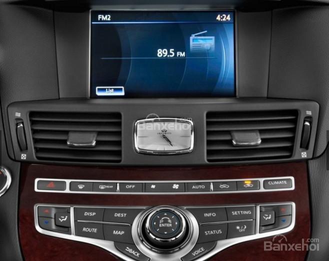 Đánh giá xe Infiniti Q70 2016: Xe được trang bị radio.