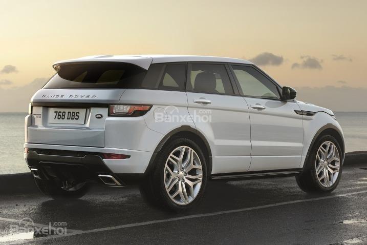 Đánh giá xe Land Rover Range Rover Evoque 2016: Phía sau xe được trang bị cánh gió kiểu mới.