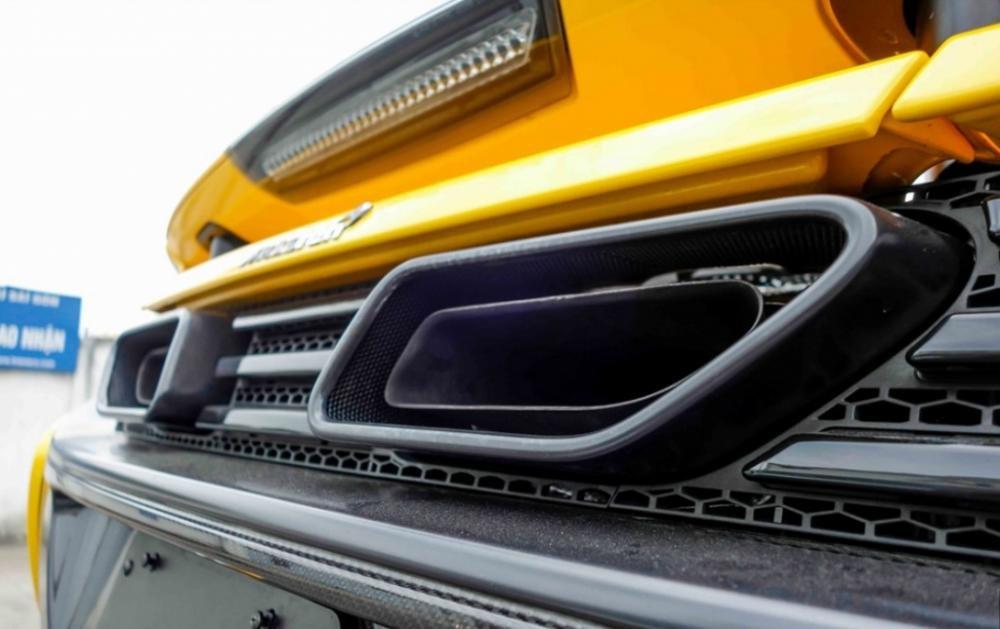 Đánh giá xe Mclaren 650s Spider có cụm ống xả hình khối sơn đen thể thao.