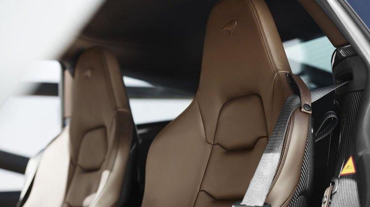 Đánh giá xe Mclaren 650s Spider chỉ có 2 ghế ngồi thiết kế ôm lấy thân chắc chắn.