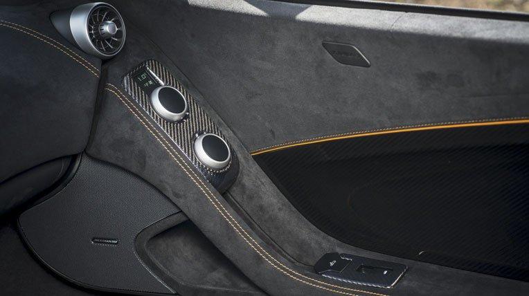 Đánh giá xe Mclaren 650s Spider có nội thất bọc da kết hợp nhung cao cấp.
