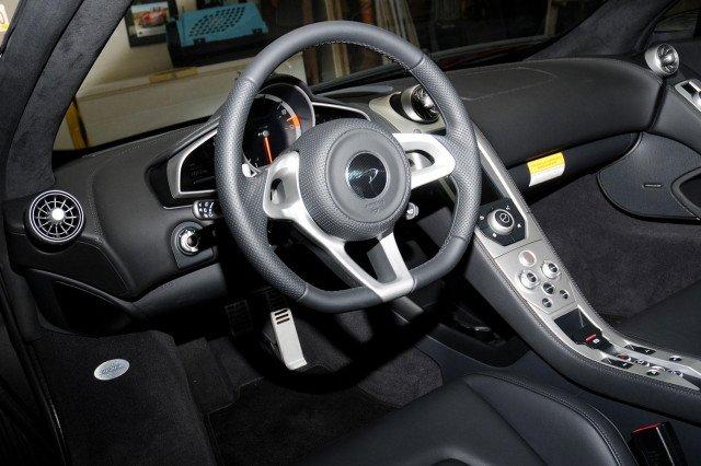 Đánh giá xe Mclaren 650s Spider có vô lăng 3 chấu bọc sợi carbon thể thao.