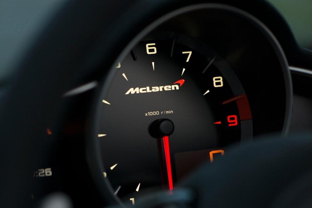 Đánh giá xe Mclaren 650s Spider có cụm đồng hồ lái dễ nhìn.