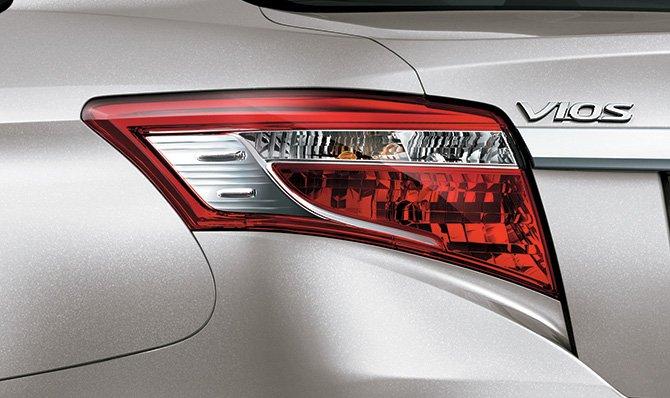 Đánh giá xe Toyota Vios 2016 có đèn hậu LED hình khối hiện đại hơn.