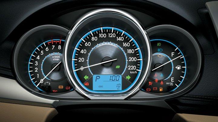 Đánh giá xe Toyota Vios 2016 có cụm 3 đồng hồ lái với nội dung hiển thị rõ nét.
