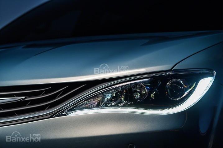 Đánh giá xe Chrysler Pacifica 2017: Đèn pha tích hợp LED.