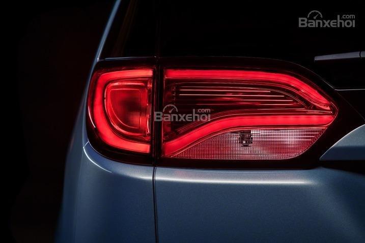 Đánh giá xe Chrysler Pacifica 2017: Đèn tích hợp LED trên các phiên bản cao cấp.