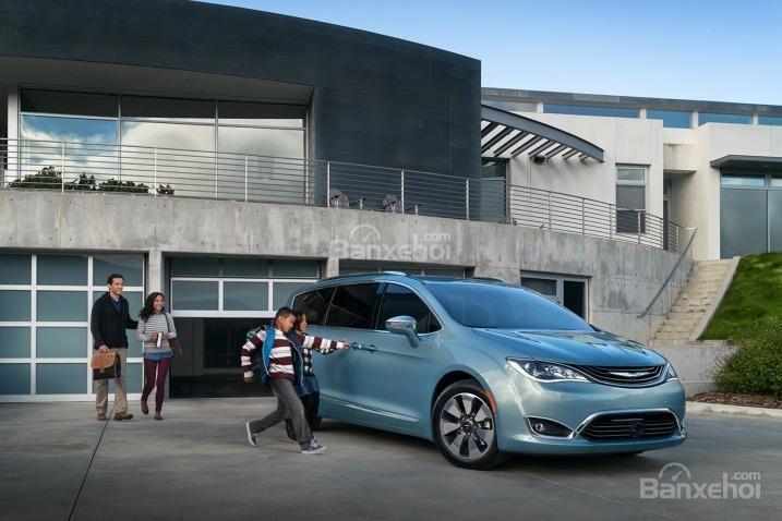 Đánh giá xe Chrysler Pacifica 2017: Sở hữu tất cả thế mạnh của một mẫu minivan truyền thống,