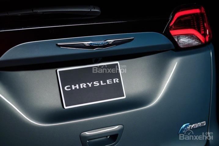 Đánh giá xe Chrysler Pacifica 2017: Logo thương hiệu phía sau xe.