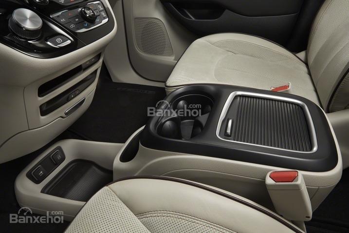 Đánh giá xe Chrysler Pacifica 2017: Trung tâm điều khiển của xe.