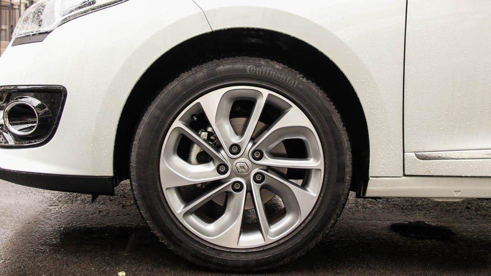 Đánh giá xe Renault Megane 2015 có la zăng 17 inch 5 chấu kép hình cánh quạt.