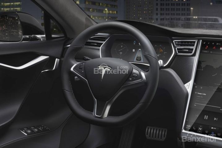 Đánh giá xe Tesla Model S 2016: Vô lăng bọc da.
