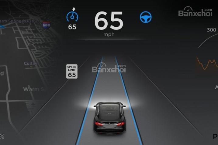 Đánh giá xe Tesla Model S 2016: Xe được trang bị nhiều tính năng an toàn hiện đại.