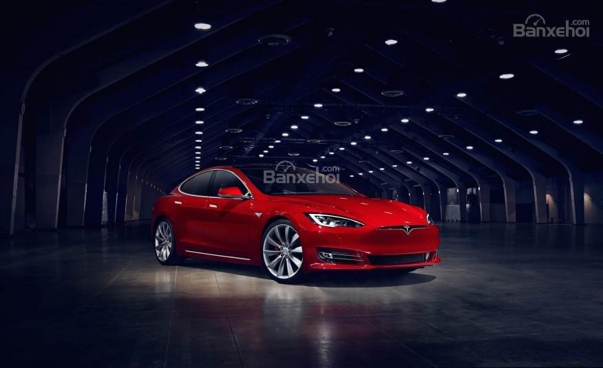 Đánh giá xe Tesla Model S 2016: Xe được trang bị động cơ điện.