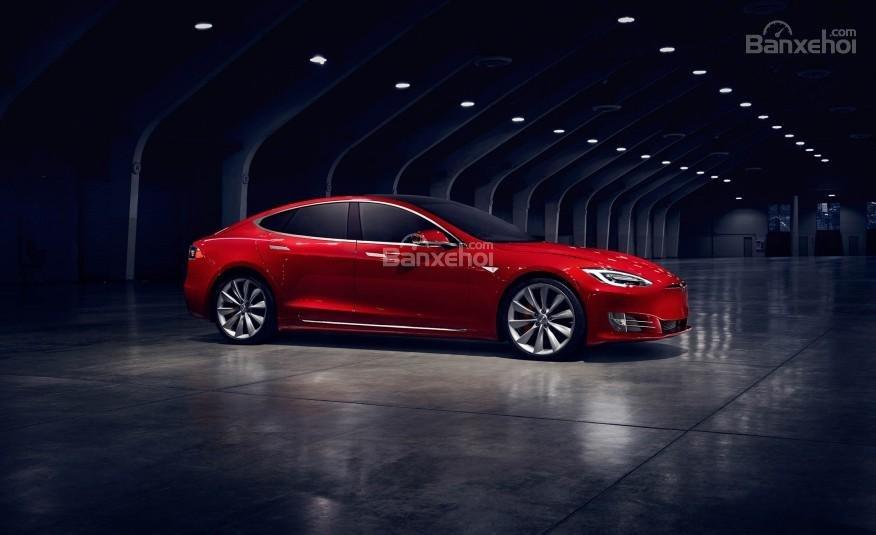 Đánh giá xe Tesla Model S 2016: Đường uốn trên thân xe dốc dần ra phía sau.