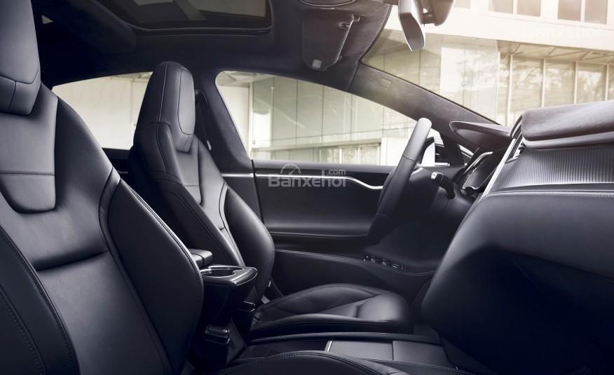 Đánh giá xe Tesla Model S 2016: Hàng ghế trước của xe.