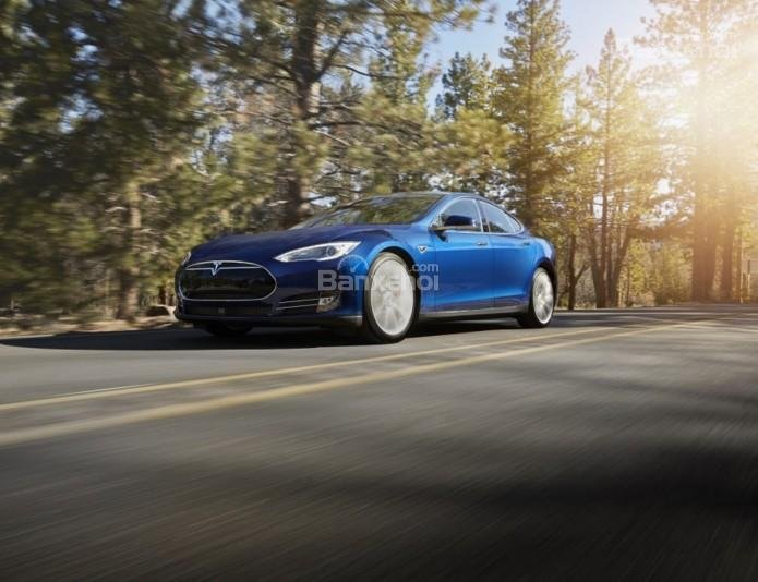 Đánh giá xe Tesla Model S 2016: Xe có khả năng di chuyển xa và cabin êm ái.