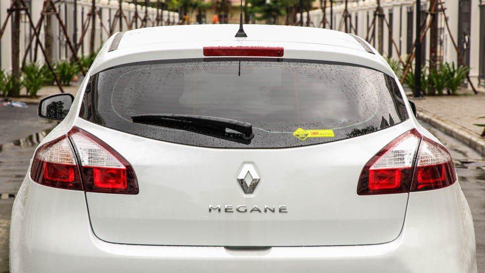 Đánh giá xe Renault Megane 2015 có đèn phanh phụ được gắn cao lên trên gần nóc xe.