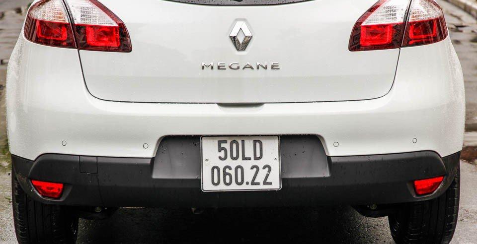 Đánh giá xe Renault Megane 2015 có 4 cảm biến nhỏ nằm ngay 2 bên khu vực gắn biển số.