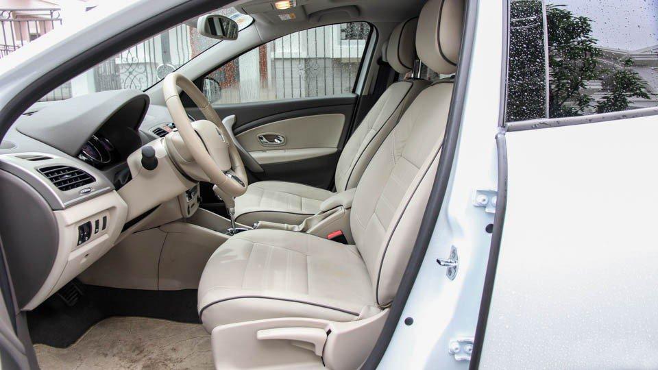 Đánh giá xe Renault Megane 2015 có hàng ghế trước với khu để chân rộng rãi.