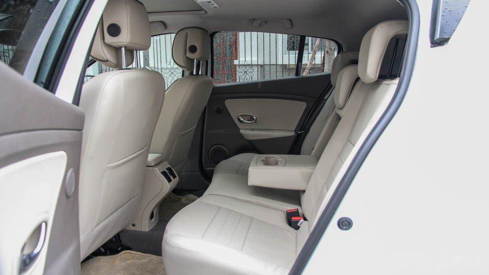 Đánh giá xe Renault Megane 2015 có hàng ghế sau thoải mái cho 3 người ngồi.