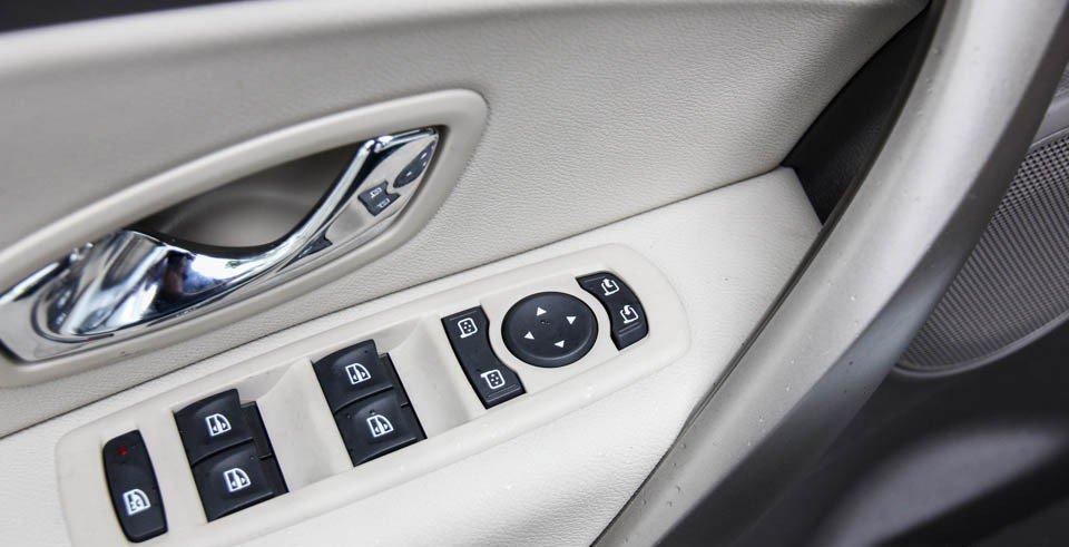 Đánh giá xe Renault Megane 2015 có hàng loạt các phím chức năng điều chỉnh ở cánh cửa.