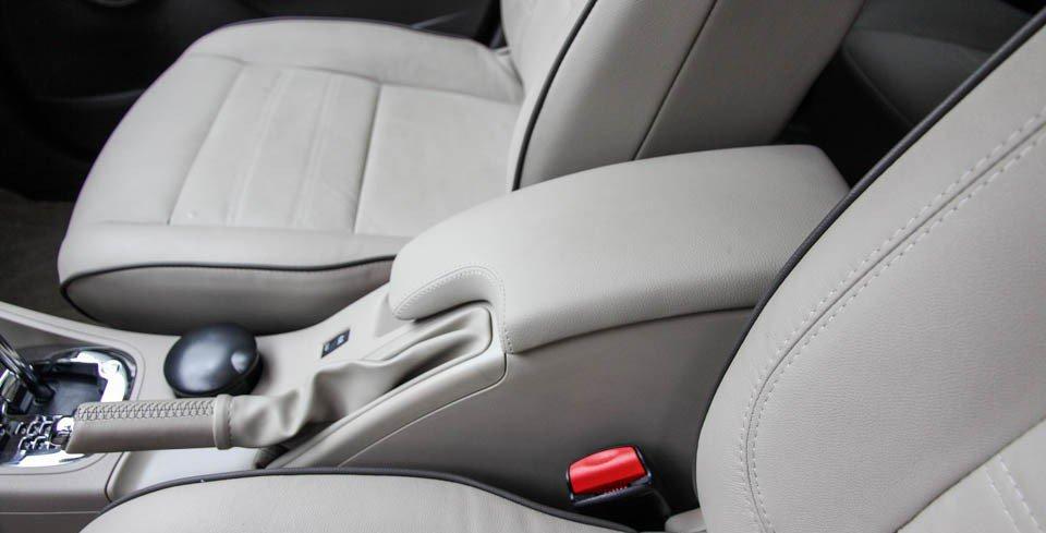 Đánh giá xe Renault Megane 2015 có gác tay và phanh tay nhìn thẩm mỹ và chắc chắn.