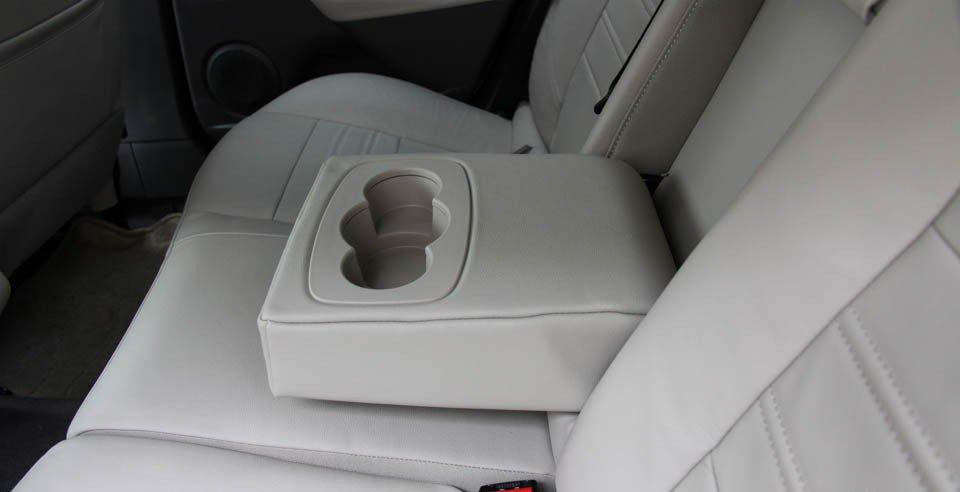 Đánh giá xe Renault Megane 2015 có khay để cốc ở hàng ghế sau.