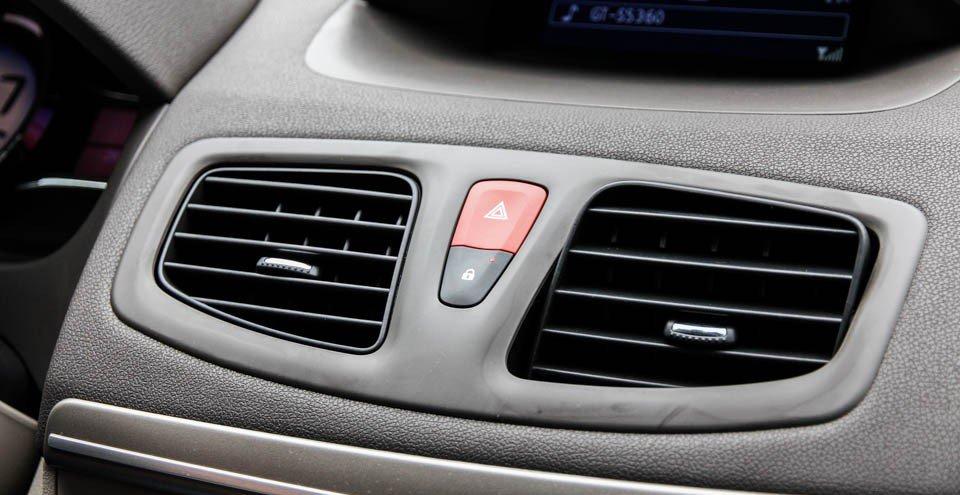 Đánh giá xe Renault Megane 2015 có nút cảnh báo nguy hiểm giữa hai hốc gió điều hòa.