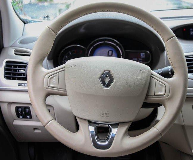 """Đánh giá xe Renault Megane 2015 có vô lăng 3 chấu """"điểm"""" kim loại mạ crom sang trọng."""