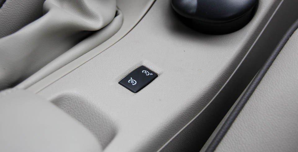 Đánh giá xe Renault Megane 2015 có nút chuyển chế độ ga tự động và giới hạn tốc độ.