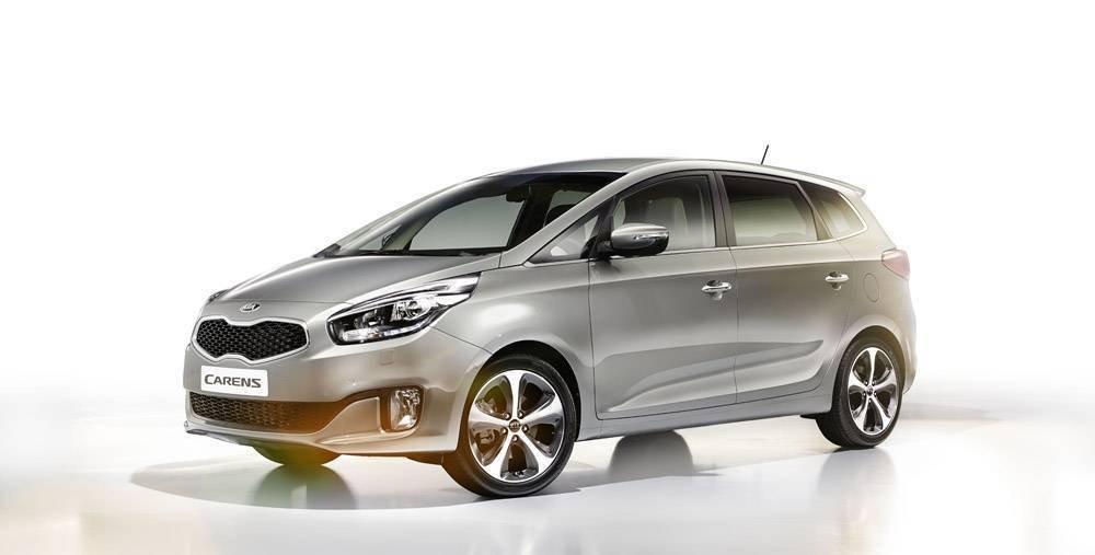 So sánh ngoại thất xe Kia Carens với Toyota Innova.