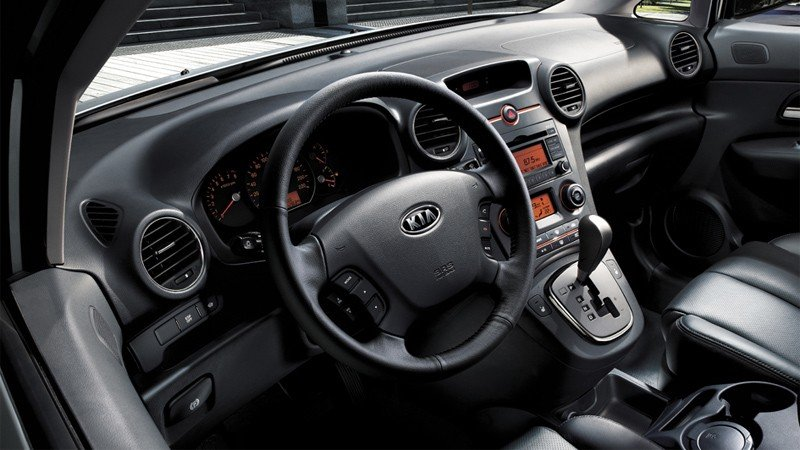 So sánh nội thất xe Kia Carens với Toyota Innova.