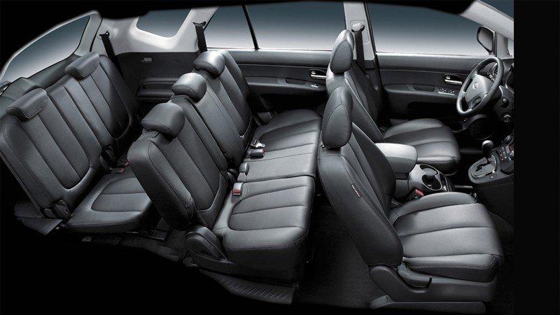 So sánh nội thất xe Kia Carens với Toyota Innova 1