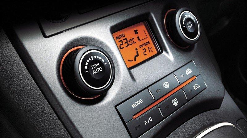 So sánh tiện nghi xe Kia Carens với Toyota Innova.