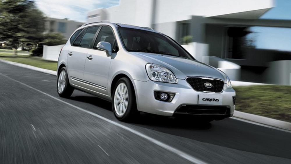 So sánh vận hành xe Kia Carens với Toyota Innova.