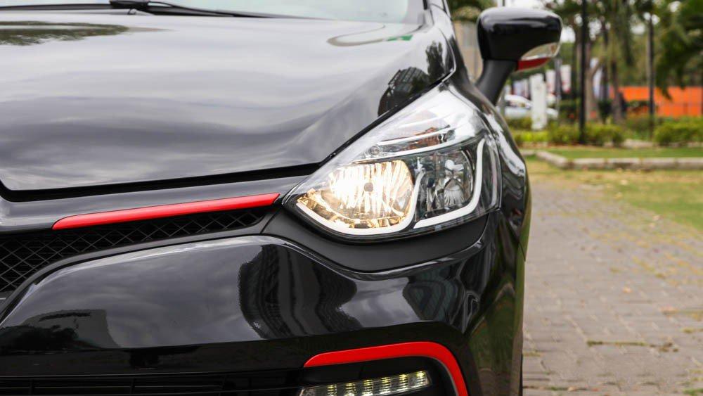 Đánh giá xe Renault Clio RS200 2015 có đèn pha lớn, mi mắt LED hiện đại.