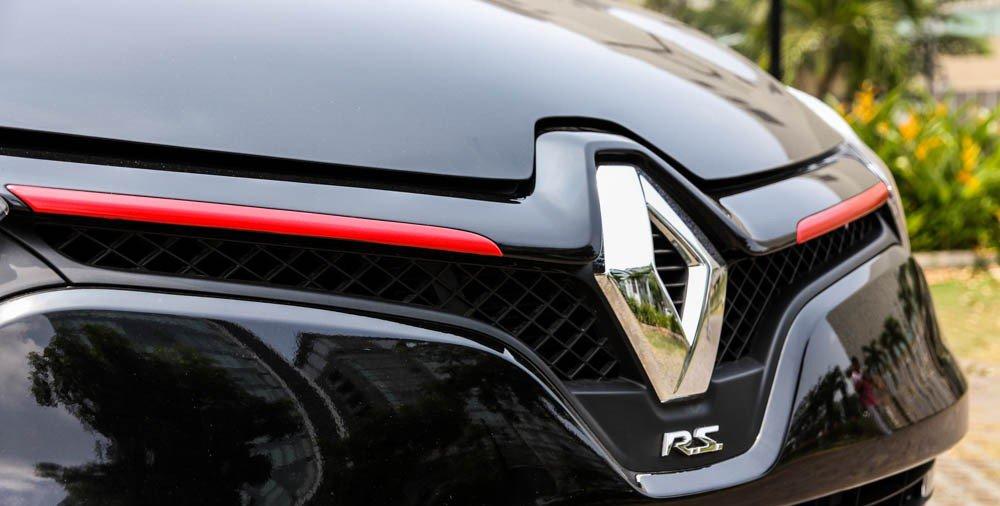 Đánh giá xe Renault Clio RS200 2015 có logo quả trám to mạ crom bóng.