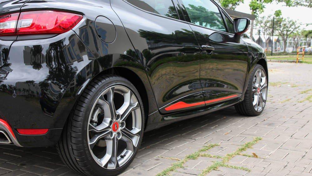 Đánh giá xe Renault Clio RS200 2015 có viền sơn đỏ tạo điểm nhấn cho thân.