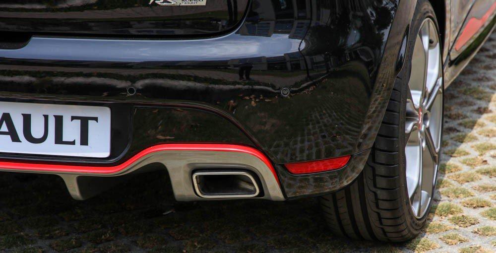 Đánh giá xe Renault Clio RS200 2015 có cụm ốm xả hình khối lớn.